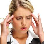 Врач лечит головные боли